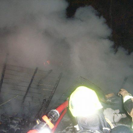 Der Zugang zu den Brandnestern war durch diverses Lagermaterial erschwert