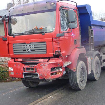 Unfallgegner des Volvo war dieser 40 Tonnen Kieslaster.
