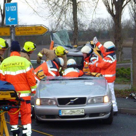 Das Dach des Volvo ist entfernt, der Fahrer wird kurz darauf aus dem Fahrzeug gehoben.