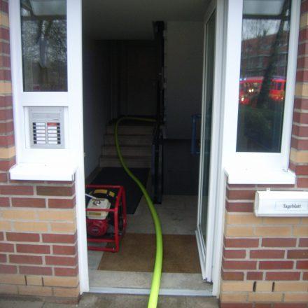Der Löschangriff wurde durch das Treppenhaus in das zweite Obergeschoss vorgenommen, der Hochdrucklüfter steht schon in Bereitstellung.