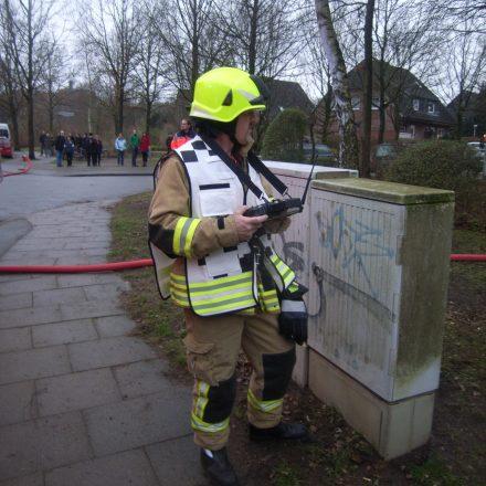 Atemschutzüberwachung mit Tablet-PC vor dem Gebäudeeingang.