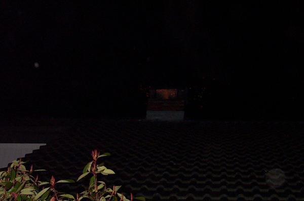 Die Funken sprühen aus dem Schornstein. Im Dunkeln ein sehr beeindruckendes Bild