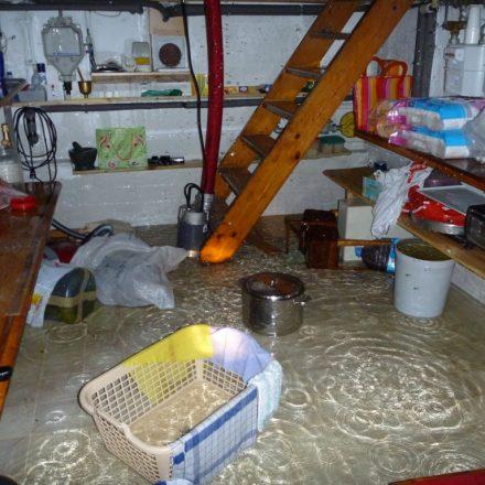 Einsatz der Tauchpumpe im Keller