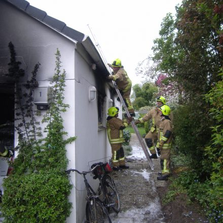 Überprüfung, ob das Feuer in den Dachstuhl übergeschlagen ist