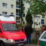 Rettungsdienst und Polizei kümmern sich um die Bewohner