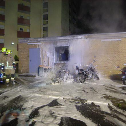 Zwei brennende Motorroller und ein Müllcontainer wurden gelöscht.