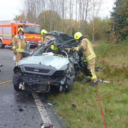 Überprüfung des Unfallwagens auf weitere Insassen