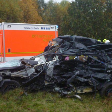 Die vollkommen zerstörte Fahrerseite des Unfallwagens