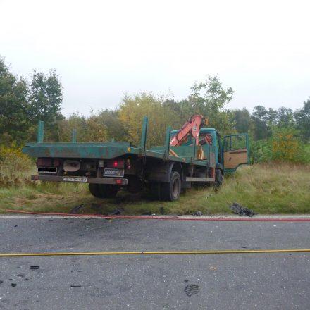 Der LKW kam nach dem Zusammenstoß von der Fahrbahn ab