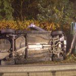 Der Laternenpfahl stoppte das Fahrzeug vor einem Sturz auf die Autobahn