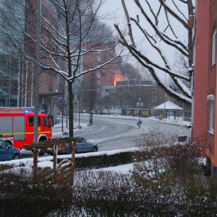 Das erste Löschfahrzeug auf der kurzen Anfahrt zum Brandobjekt