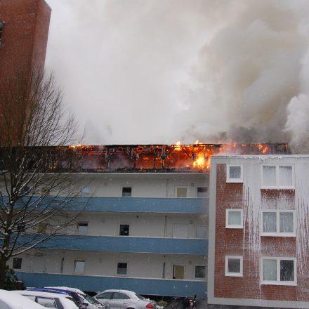 Das Gebäude grenzt direkt an ein Hochhaus an.