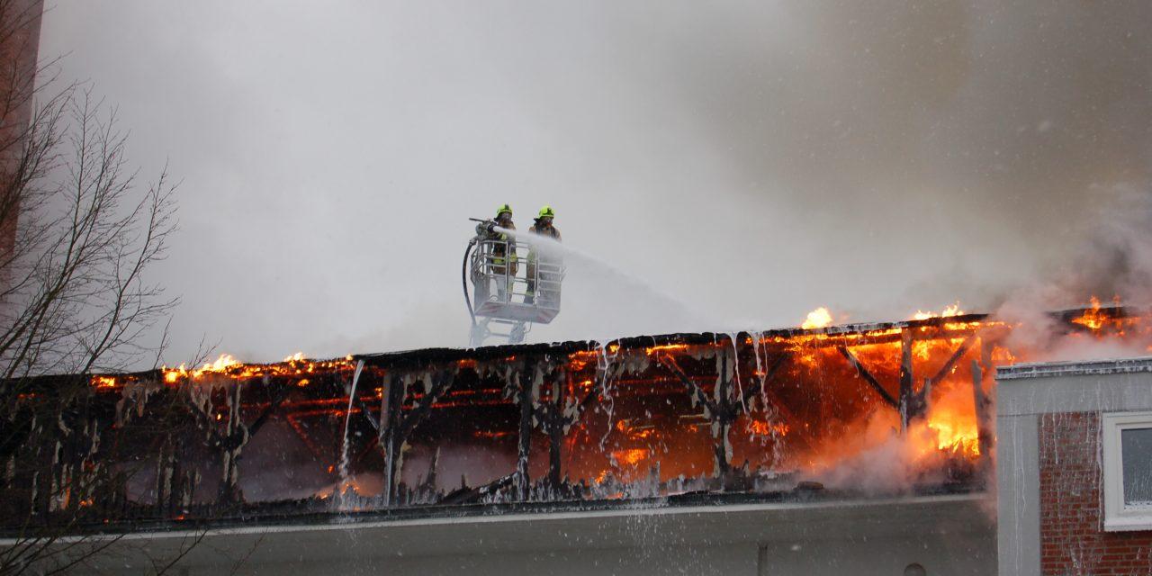 Brennt Dachstuhl in voller Ausdehnung