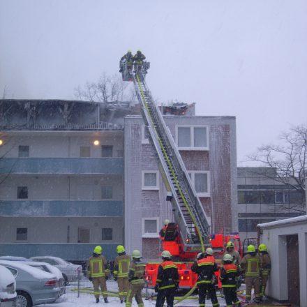 Auf der Rückseite erfolgte die Brandbekämpfung über die Drehleiter der Feuerwehr Halstenbek.