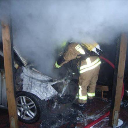 Löscharbeiten im Motorraum des erdgasbetriebenen Opel Zafira CNG