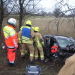 Rettungsdienstkräfte versorgen den Fahrer
