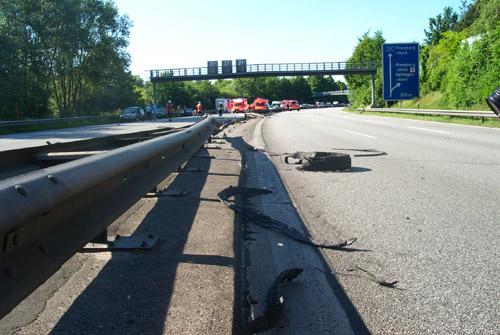 Sehr gut sichtbar die Reifenteile, die voraussichtlich der Auslöser des Unfalles waren