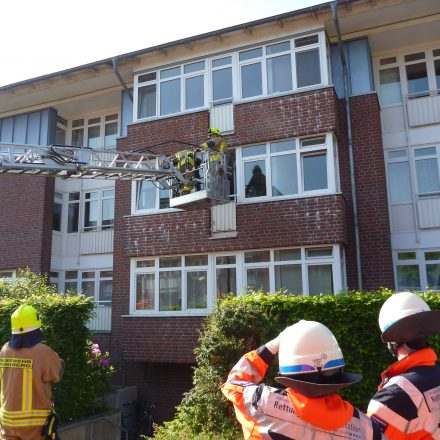 Die betroffene Wohnung wird von außen mit der Drehleiter kontrolliert