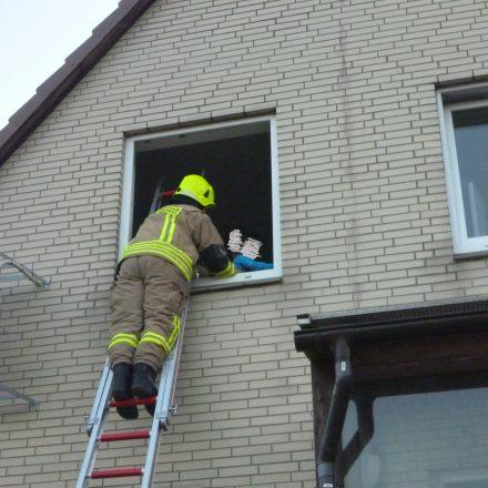 Die Kinder werden durch einen Feuerwehrmann beruhigt.