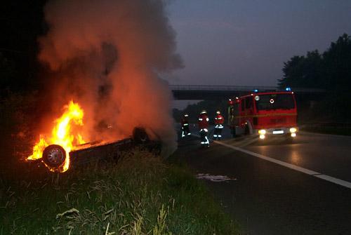 Der Pkw steht komplett in Flammen, der Unfallfahrer konnte sich noch selber befreien