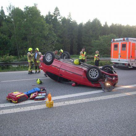 Aus dem umgedrehten BMW konnten drei Verletzte befreit werden.