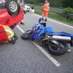 Der Motorradfahrer und seine Sozia wurden nur leicht verletzt.