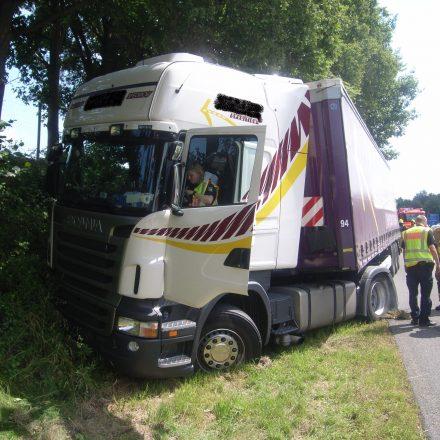 Der erkrankte LKW-Fahrer konnte sein Fahrzeug noch an einer Böschung zum Stehen bekommen.