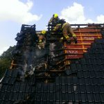 Atemschutzgeräteträger bei der Brandbekämpfung auf dem Dach