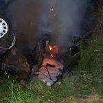 Zum Ablöschen der letzten Flammen wurde der Opel mit Hilfe des TLF24/50 wieder auf die Beine gestellt