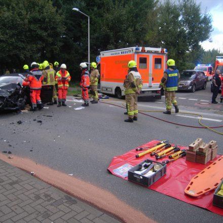 Erkundung am Fahrzeug und Absprache mit dem Rettungsdienst. Im Vordergrund wird die Bereitstellungsfläche für sämtliche zur Rettung benötigten Geräte vorbereitet.