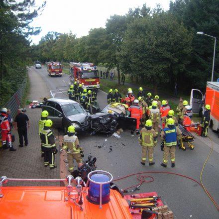 Die Rettungstrage steht bereit, letzte Absprachen zwischen Feuerwehr und Notarzt vor der Rettung des Fahrers.