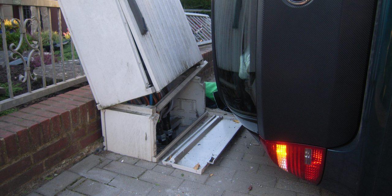 Verkehrsunfall PKW liegt auf der Seite