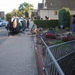 Der PKW hatte ein Schild, eine kleine Mauer und einen Stromverteilungskasten zerstört.