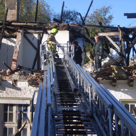 Über die Drehleiter gelangten die Beamten in das ausgebrannte Dachgeschoß