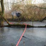 Die Schlauchleitung konnte über die zugefrorene Wasserfläche vorgenommen werden