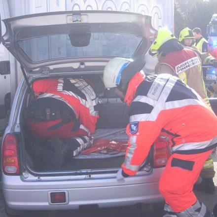 Die Fahrerin wird im Fahrzeug zur Rettung vorbereitet