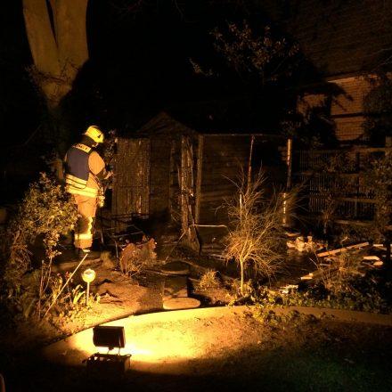 Nachkontrolle der gelöschten Überreste der Gartenlaube