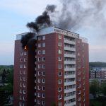 Noch während die Wasserversorgung zur Steigleitung aufgebaut wurde schlugen plötzlich die Flammen aus dem Fenster 2-3 Meter heraus