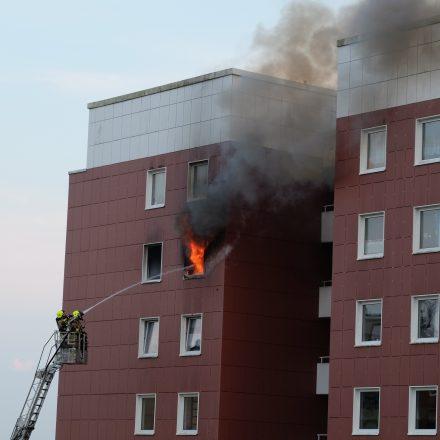 Mit der Drehleiter wurde von außen gesichert, dass die Flammen nicht in den 11. Stock überschlagen