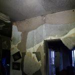 Durch die enorme Hitzeentwicklung ist der Putz in der Wohnung von den Wänden geplatzt.