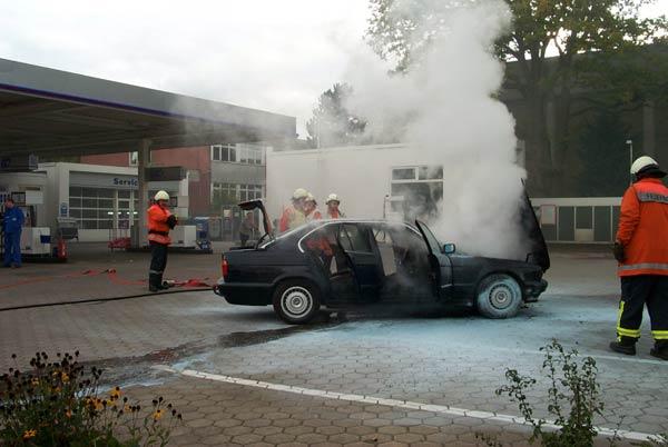 Das brennende Fahrzeug stand zuerst neben einer Zapfsäule links unter dem Dach