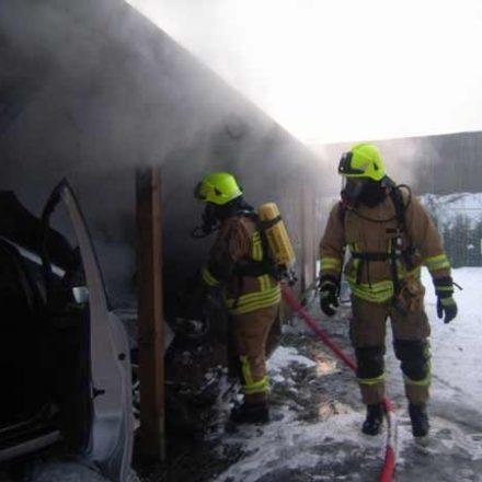 Mit einem C-Rohr wurde unter Atemschutz die Brandbekämpfung durchgeführt