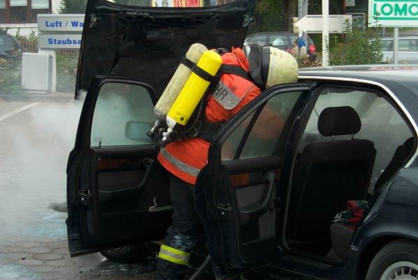 Nur mit aufgesetztem Atemschutzgerät konnte der Innenraum gelöscht werden