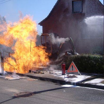 Der Bagger stand zu dicht am Feuer und brannte aus.