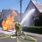 Der Druckluftschaum klebt an der Fassade und bildet eine Isolierschicht gegen die Wärmestrahlung der Gasflamme