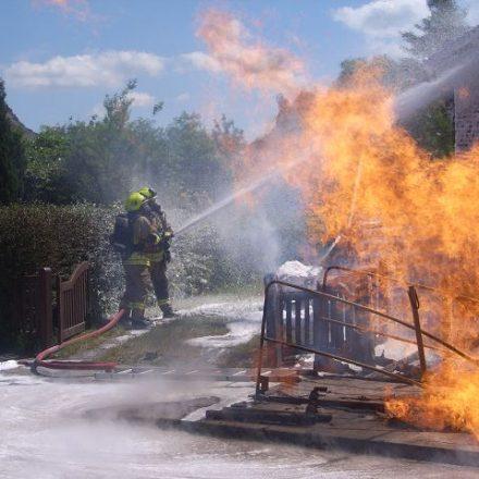 Der schnelle Löschangriff verhindert einen Dachstuhlbrand an dem teilweise von den Flammen beaufschlagtem Haus