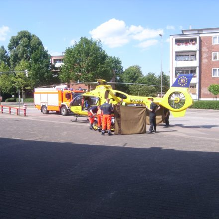 Die Patientin wird in den Hubschrauber verladen