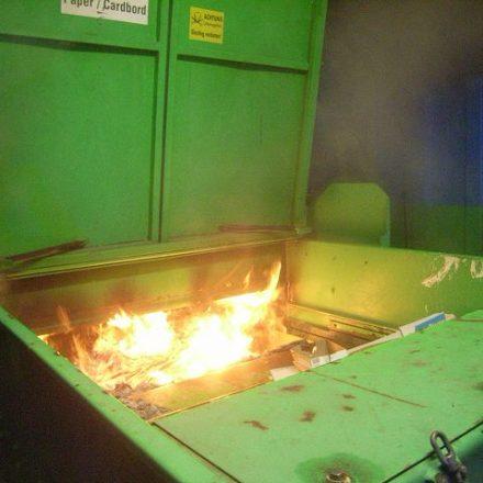 Der Inhalt des Presspapiercontainers brennt nach dem Öffnen lichterloh.