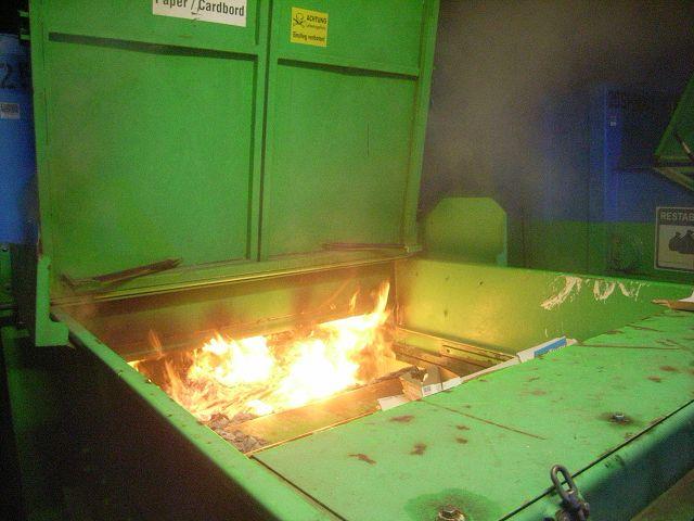 Brennt Papiercontainer