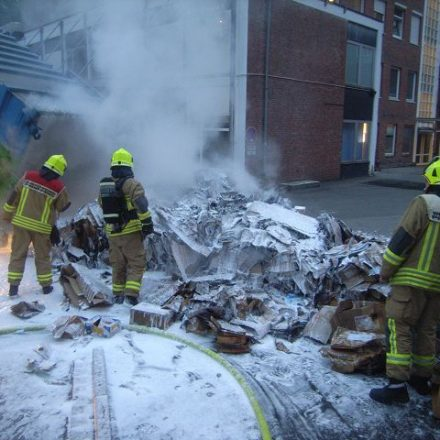 Der Schaumeinsatz zeigt Wirkung, das Feuer ist aus.